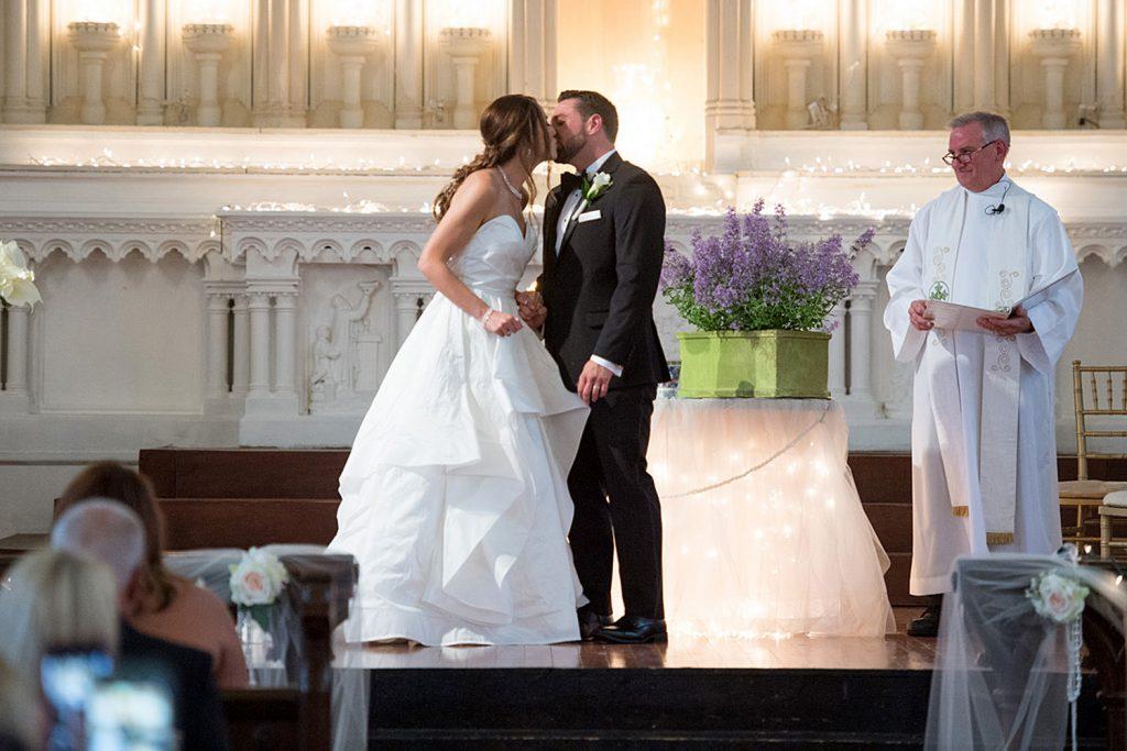 wedding_ceremony_kiss
