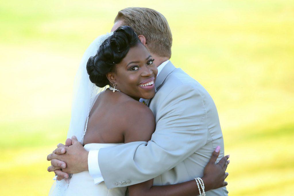 bride_hugging_groom_primerophoto