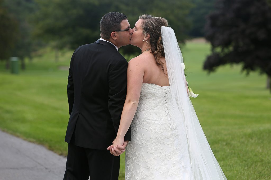 bride_and_groom_kiss